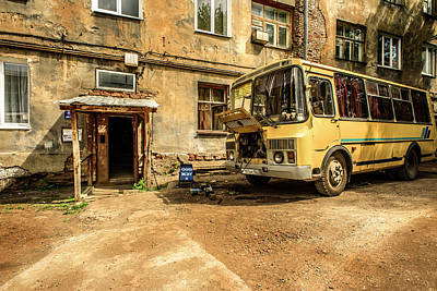 Photograph - Old Yellow Bus House by John Williams