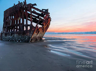 Peter Iredale Photograph - Peter Irdale Sunset by Bob Zuber