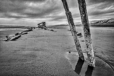Peter Iredale Photograph - Peter Iredale 1 by Alan Kepler