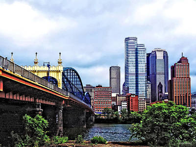Photograph - Pittsburgh Pa - Pittsburgh Skyline By Smithfield Street Bridge by Susan Savad
