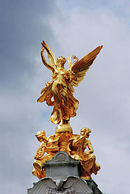 Photograph - Queen Victoria Memorial by Robert Moss