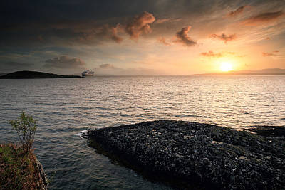 Photograph - Queen Mary 2 Sunset Oban by Grant Glendinning