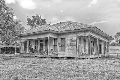 Photograph - Roadside Old House by Victor Culpepper