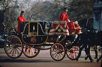 Photograph - Royal Carriage At Buckingham Palace by Carl Purcell