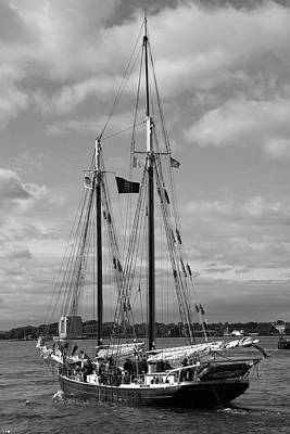 Photograph - Sailing The East River 02 Bw - New York by Pamela Critchlow
