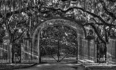 1736 Photograph - Savannah's Wormsloe Plantation Gate Bw Live Oak Alley Art by Reid Callaway