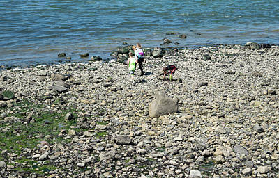 Photograph - Shell Hunting With Sister by Tom Cochran