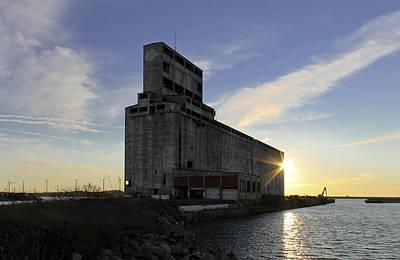 Lake Erie Photograph - Silo Sundance by Peter Chilelli
