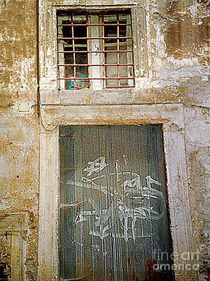 Photograph - Slum Dwelling In Rome's Old Jewish Ghetto - Italy by Merton Allen