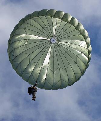 Soldier Of The 82nd Airborne Descends Art Print by Everett