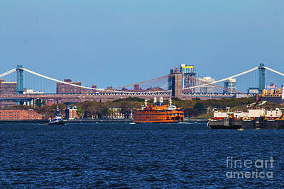 Stanton Island Ferry In Front Of The Brooklyn Bridge Art Print