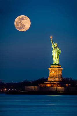 Statue Of Liberty And A Rising Supermoon In New York City Art Print