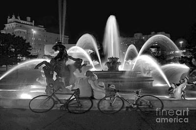Sweethearts At The J C Nichols Fountain B W Art Print by Catherine Sherman
