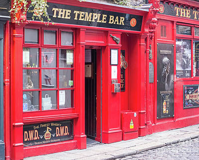Photograph - Temple Bar In Dublin by Les Palenik