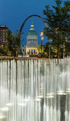St Louis Photograph - The Arch From Keiner Plaza Fountains by Garry McMichael
