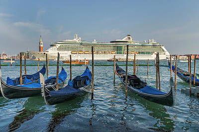 Photograph - The Old And The New In Venice by Alan Toepfer