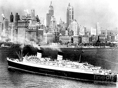 Photograph - The Queen Elizabeth On The Hudson River In 1938 by Merton Allen