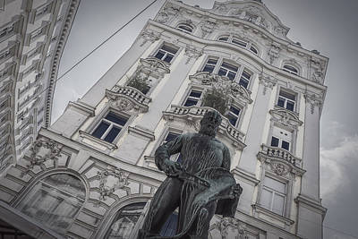 Photograph - The Statue And The Palace by Roberto Pagani