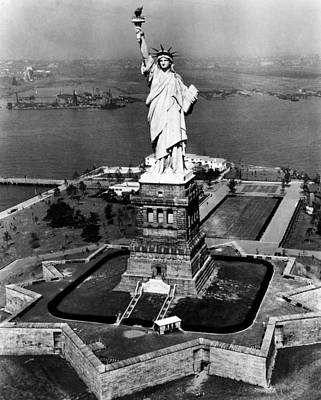 Ev-in Photograph - The Statue Of Liberty, New York City by Everett