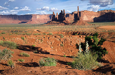 The Yei Bi Chei And Totem Pole In Monument Valley Utah Print by Mary Lee Dereske