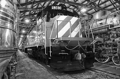 Trains Burlington Northern Locomotive 5383 Bw Art Print