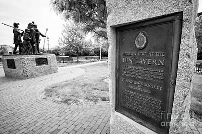 tun tavern plaque next to the scottish memorial Philadelphia USA the tun tavern was the birthplace o Art Print