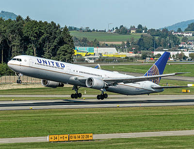 United Airline, Boeing B757 Take Off From Zurich Airport Art Print by Roberto Chiartano