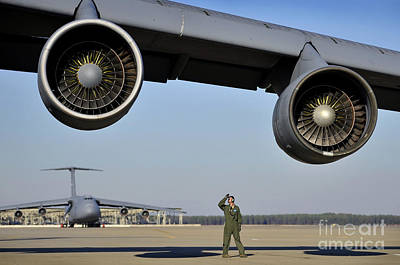 U.s. Air Force Crew Chief Performs Art Print