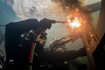 Us Navy Cuts A Piece Of Steel In A Training Pool At The Republic Of Korea Art Print