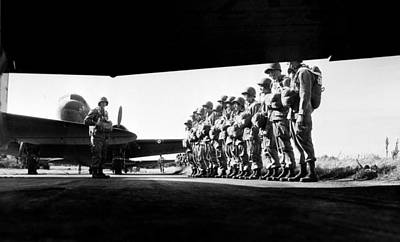 U.s. Paratroopers Lining Art Print by Everett