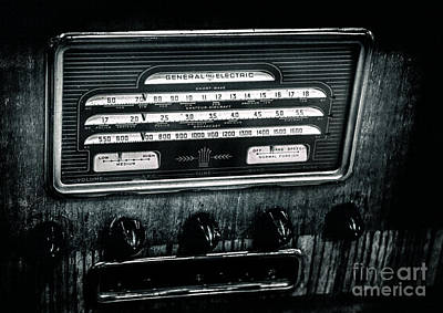 Mixed Media - Vintage Cool Radio by David Millenheft