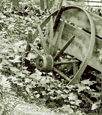 Photograph - Wagon Wheel Black And White by D Hackett