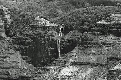 Photograph - Waterfall 06 - Sfx 200 Bw - Waimea Canyon - Kauai, Hawaii by Pamela Critchlow