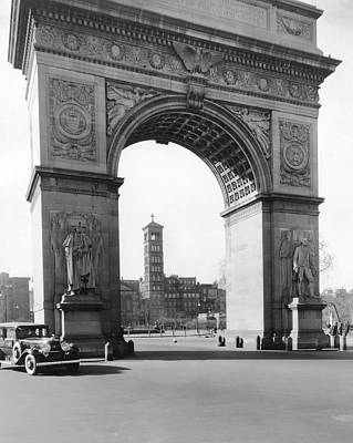 Photograph - Washington Square In New York by Underwood Archives