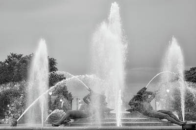 Water Spray - Swann Fountain - Philadelphia In Black And White Art Print by Bill Cannon