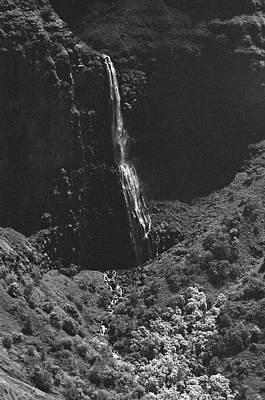 Photograph - Waterfall 02 - Sfx 200 Bw - Waimea Canyon - Kauai, Hawaii by Pamela Critchlow