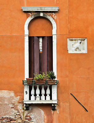Photograph - Window On Wall In Venice by Gary Slawsky