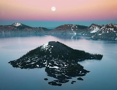 Photograph - Wizard Island And Full Moon by William Lee