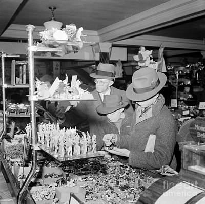 Photograph - Woolworths Christmas Shoppers, 1941 by Science Source