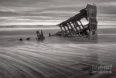Peter Iredale Photograph - Wreck Of Peter Iredale Bw by Jerry Fornarotto