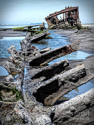 Peter Iredale Photograph - Wreck Of The Peter Iredale 2 by Bob Zuber