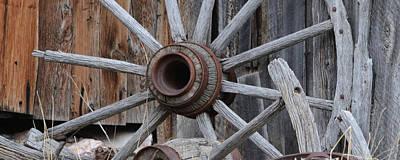 Wagon Wheel Hub Wall Art - Photograph - Broken Wheel by Whispering Peaks Photography