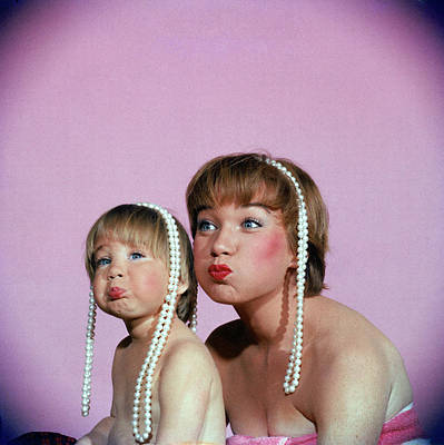Photograph - Actress Shirley Maclaine & Daughter by Allan Grant