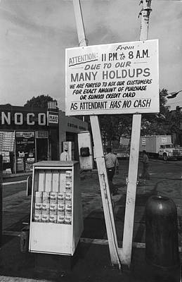 Photograph - Attendant Has No Cash by Fred W. Mcdarrah