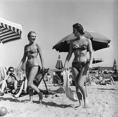 Photograph - Bikini Girls by Bert Hardy