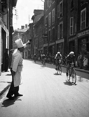 Spectators Wall Art - Photograph - Chef Toasts Tour by Bert Hardy
