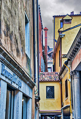 Photograph - Colorful Alley In Venice by Gary Slawsky