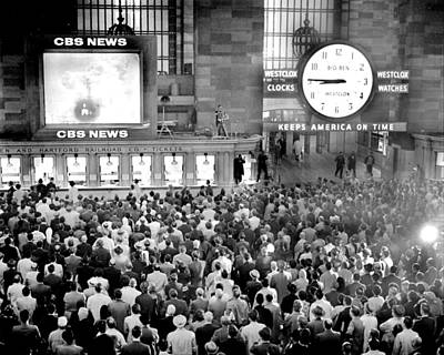 Photograph - Crowd At Grand Central Station Watch by New York Daily News Archive