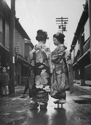 Photograph - Geisha Girl R Pauses To Chat With A Yo by Alfred Eisenstaedt