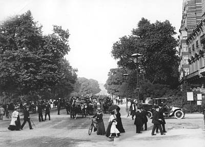 Hyde Park Wall Art - Photograph - Hyde Park Carriages by Hulton Collection
